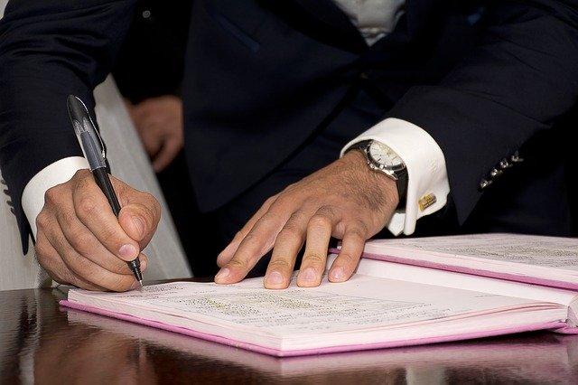 Firma-documento-pacto-de-socios