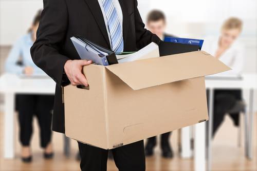 Diferencias entre ERE y ERTE - Trabajador con una caja siendo despedido