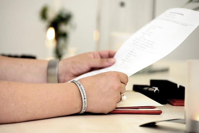 manos-folio-lectura-resolución contractual