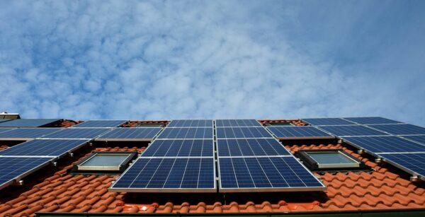 ¿Cómo sacar rendimiento económico con energías renovables a tejados u azoteas?
